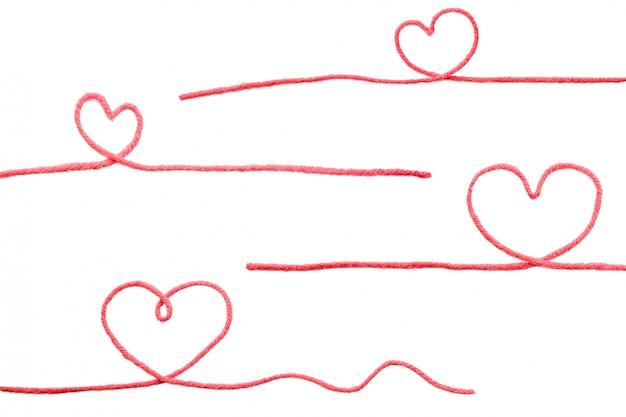 Filo rosso con cuore isolato