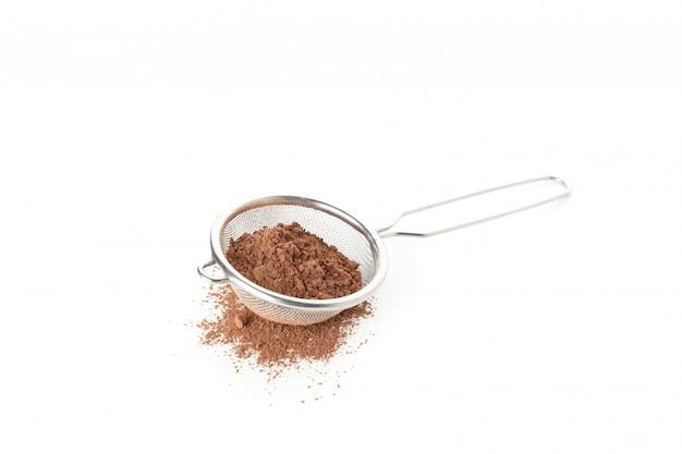 Filtro con cacao in polvere isolato su bianco