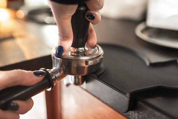 Filtro e manomissione del caffè della tenuta della mano del primo piano