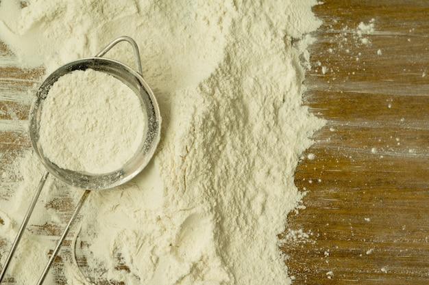 Filtro pieno di farina per setacciarlo