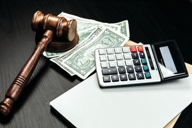 Finanza aziendale, concetto di corruzione. martelletto di legno con dollari americani