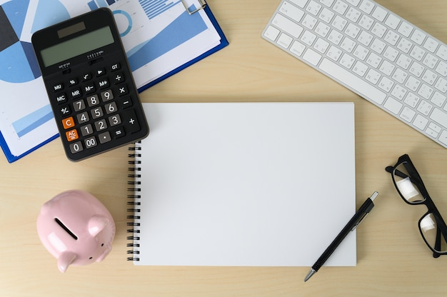 Finanza contabilità calcolo calcolatrice porcellino salvadanaio e tasse