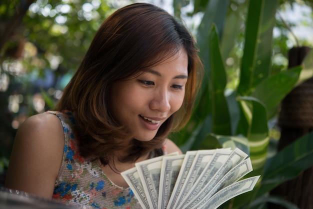 Finanza contando il successo della mano d'affari