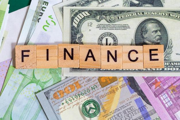 Finanza o finanze del testo di parola sulle banconote dei soldi