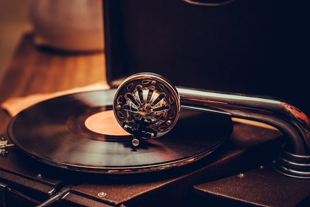 Fine antiquata del giocatore di grammofono su. dettaglio