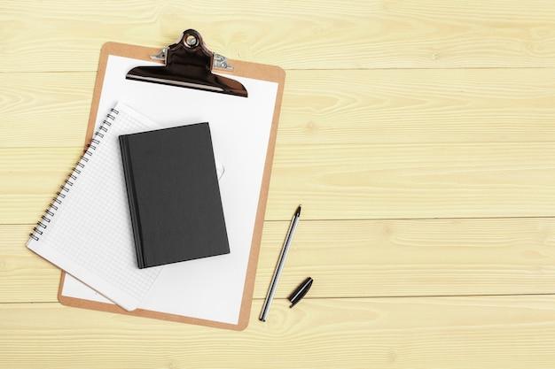 Fine aperta della carta del blocco note su sulla tavola di legno