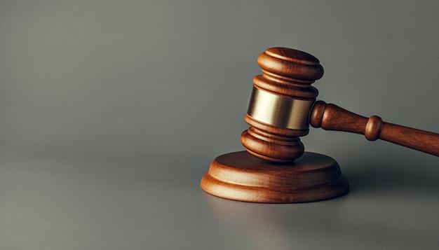 Fine del martelletto del giudice in su su priorità bassa di carta. legge e giustizia, concetto di legalità