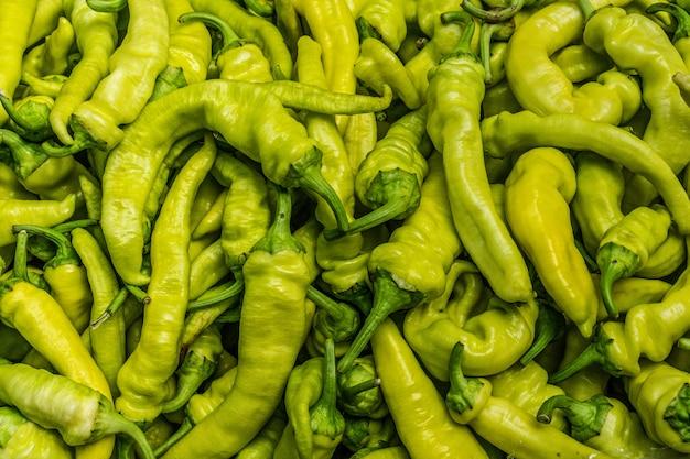 Fine del peperoncino in su. peperoni verdi freschi piccanti nel mercato.