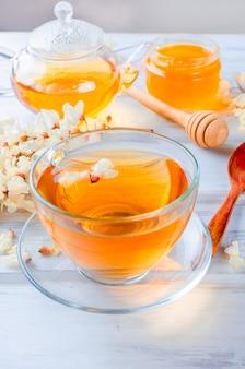 Fine del tè dell'acacia su sulle tavole di legno