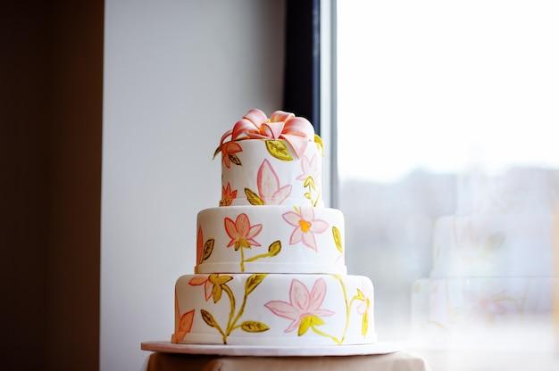 Fine deliziosa della torta di cerimonia nuziale su