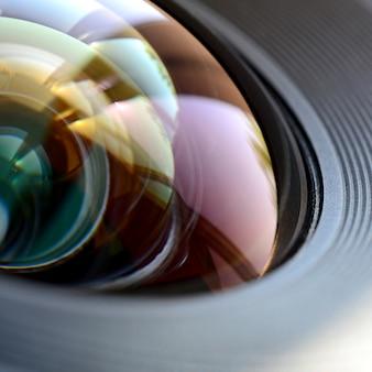 Fine dell'obiettivo di macchina fotografica della foto sulla macro vista. concetto di lavoro uomo fotografo o fotocamera