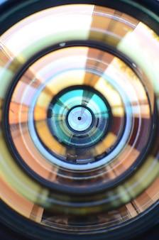 Fine dell'obiettivo di macchina fotografica della foto sulla macro vista. del lavoro di fotografo o cineoperatore