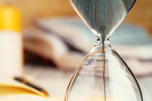 Fine dell'orologio di sandglass in su su una tabella