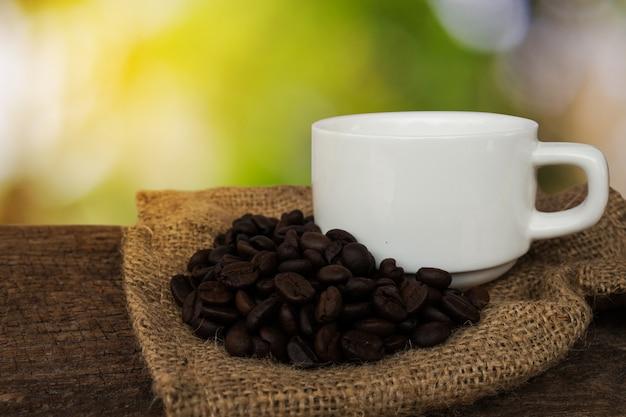 Fine della bevanda del caffè su fondo di legno.