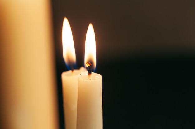 Fine della fiamma di candela in su su una priorità bassa nera