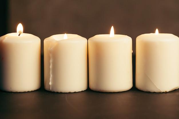 Fine della fiamma di candela in su sul nero
