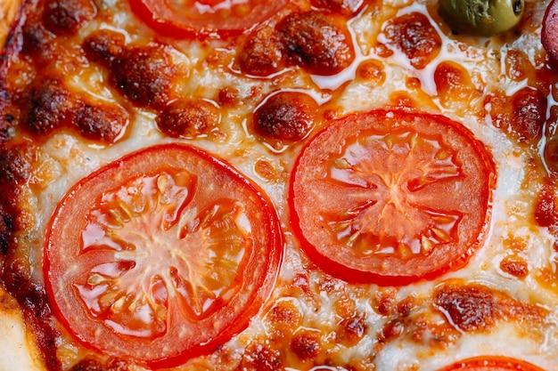 Fine della margarita della pizza in su con formaggio e i pomodori.