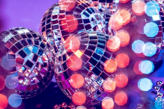 Fine della palla della discoteca delle luci del partito su. concetto di discoteca