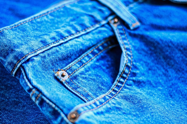 Fine della tasca delle blue jeans su