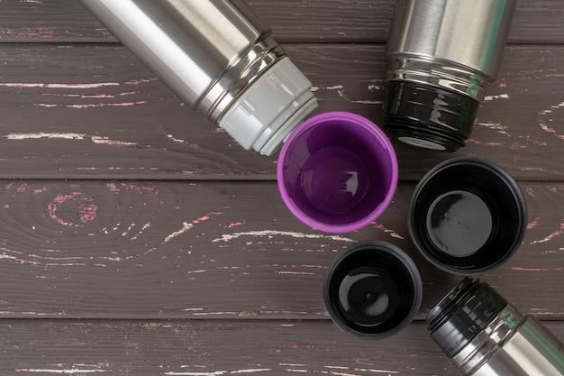 Fine di alluminio della bottiglia del contenitore del termos del metallo su sulla tavola