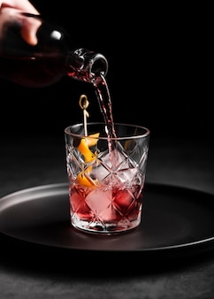 Fine di versamento del vino rosso della mano in su