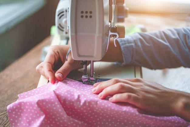 Fine elettrica della macchina per cucire su durante il processo di cucito