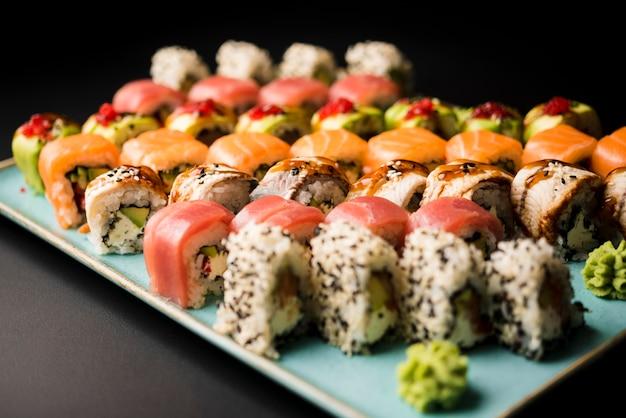 Fine fresca dell'assortimento dei sushi in su