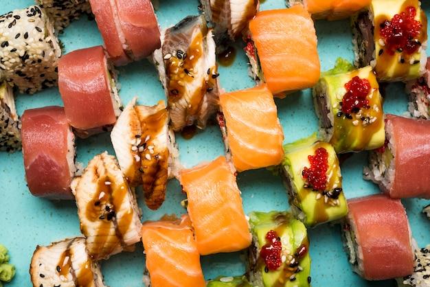 Fine fresca di disposizione dei sushi in su