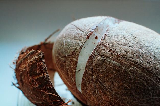 Fine incrinata fresca della noce di cocco in su