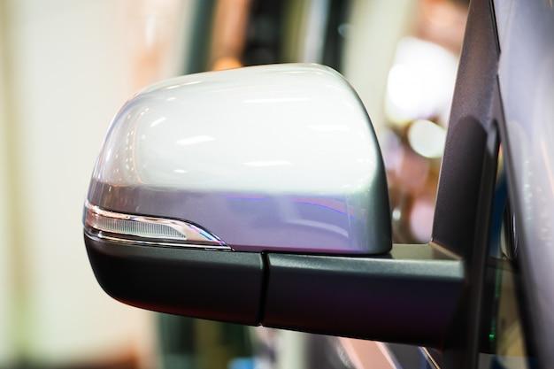 Fine laterale dello specchio di automobile in su, specchio di retrovisione dell'automobile su un'automobile moderna