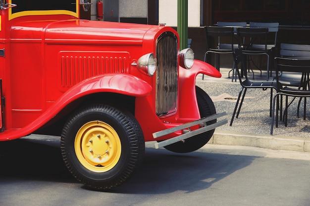Fine lucida ristabilita retro camion rosso su