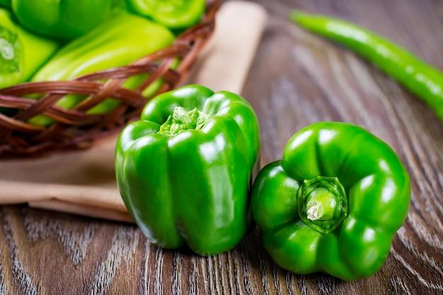 Fine organica verde cruda fresca del peperone dolce su