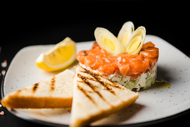 Fine saporita del pasto di color salmone in su
