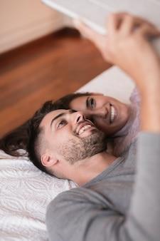 Fine sveglia delle coppie a casa su