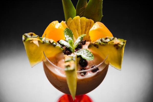 Fine tropicale fresca del cocktail in su
