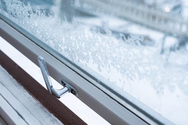 Finestra aperta con fiocco di neve in inverno