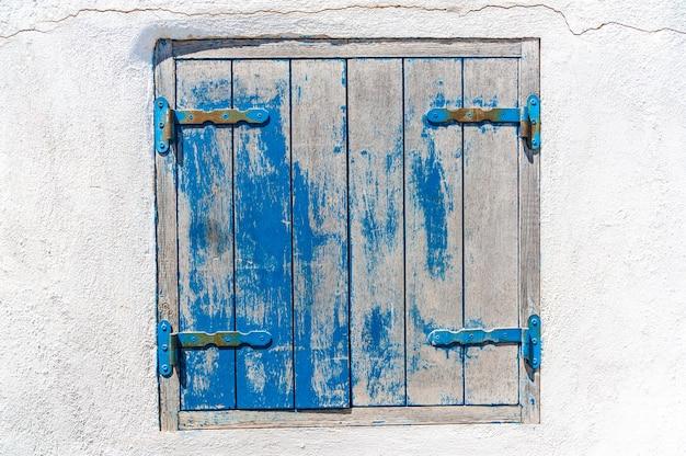 Finestra blu e bianca di grunge
