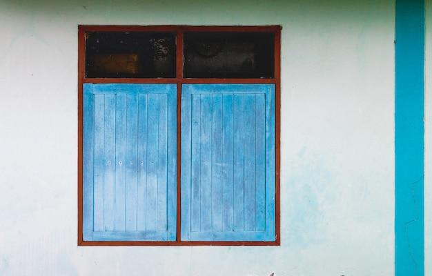 Finestra colorata su un muro di cemento