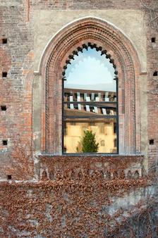 Finestra del castello sforzesco, milano