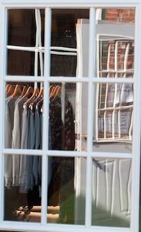 Finestra del negozio di abbigliamento negli hamptons
