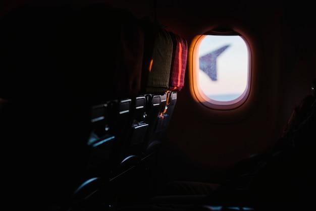 Finestra dell'aeroplano dai sedili dei passeggeri