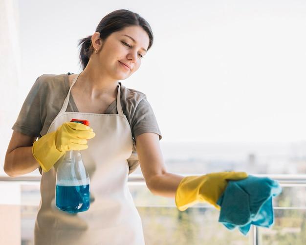 Finestra di pulizia della donna di smiley