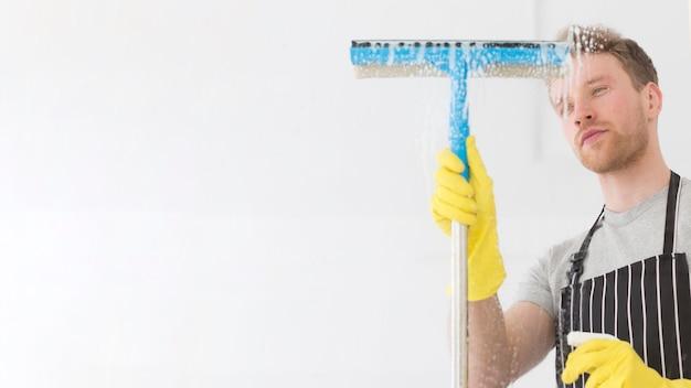 Finestra di pulizia uomo copia-spazio