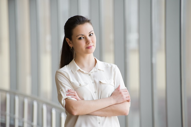 Finestra facente una pausa della giovane donna di affari con la compressa