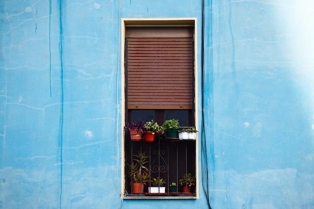 Finestra sulla facciata dell'edificio blu