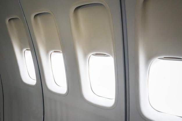 Finestre dell'aeroplano in bianco