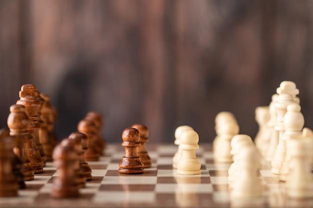 Finestre di scacchi in legno sulla scacchiera