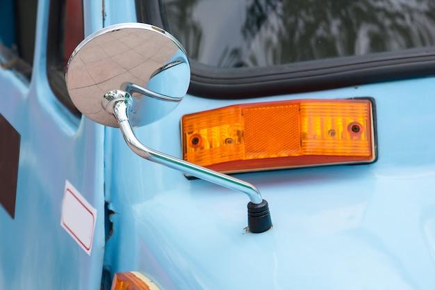 Finestrini laterali di auto d'epoca invecchiate da molti anni