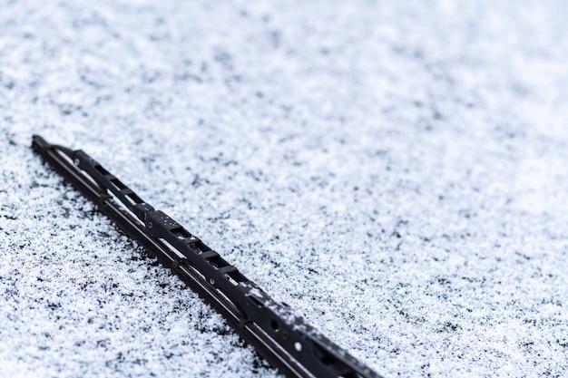 Finestrino coperto di neve con tergicristalli
