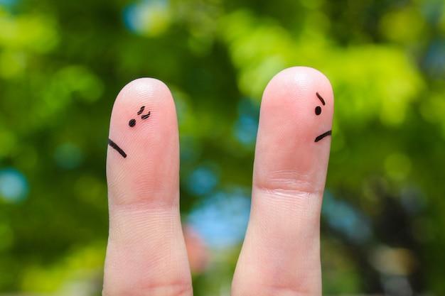 Finger art di coppia. coppia dopo una discussione guardando in direzioni diverse.